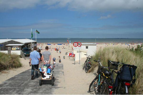 Met de bolderkar het strand op
